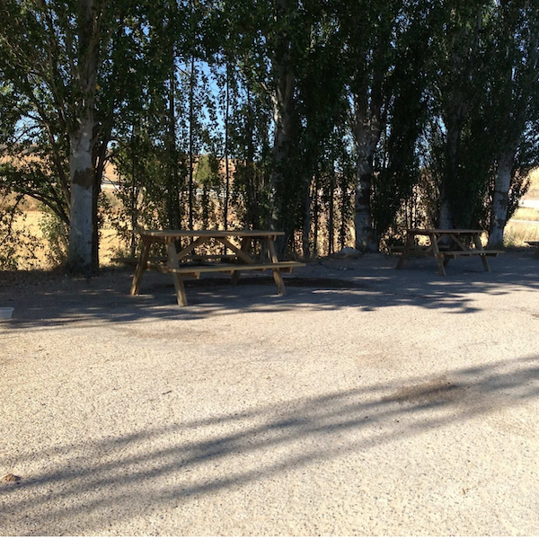 mesas picnic de la marca sergin en area de descanso carretera de valencia